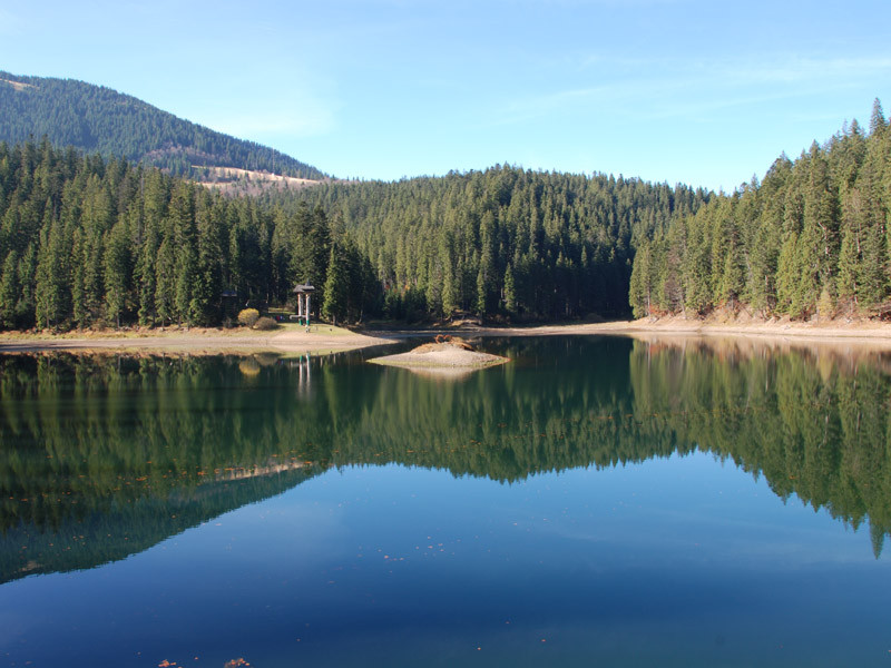 Синевир — Озеро в Карпатах.